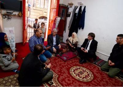 Carles Puigdemont, reunido con la familia de Tarek, a quien abrieron las puertas de su casa de Barcelona después de años huyendo de la devastadora guerra en Siria.